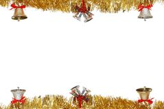 De klokken die van Kerstmis op gouden slinger hangen Stock Foto