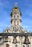 De klokken op de achtergrond van de kerk Royalty-vrije Stock Afbeeldingen