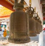 De klokken van Bronsebudda in Koninklijk klooster Wat Chuai Mongkong, Pattaya, Thailand royalty-vrije stock afbeelding