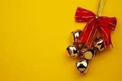 De Klokken van Kerstmis op de Gele Achtergrond Royalty-vrije Stock Fotografie