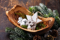 De Klokken van Kerstmisdecoratie in olijf houten kom Stock Afbeelding