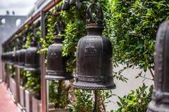 De klokken in vele tempels zijn voor de toewijding royalty-vrije stock afbeeldingen