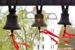 De klokkenluider die de kerkklokken bellen Stock Foto's