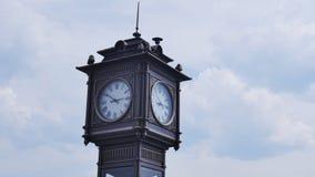 De klokketoren in de stad, op een achtergrond van wolken stock videobeelden