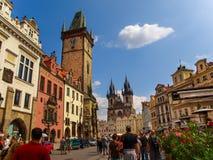 De Klokketoren met het Oude Stadsvierkant en Onze Dame Before Tyn op de achtergrond, Praag, Tsjechische Republiek royalty-vrije stock foto's