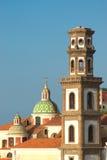 De klokketoren van Atrani en cupole Stock Afbeelding