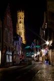 De Klokketoren van Brugge bij nacht Stock Afbeelding