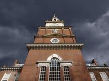 De Zaal van de onafhankelijkheid met de Donkere Hemel van het Onweer Stock Afbeeldingen