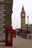 De Klokketoren van de Big Ben En rode telefoondozen Stock Foto