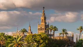 De Klokketoren van de Giraldaspits van de Kathedraal van Sevilla stock video