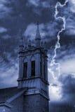 De Klokketoren van de kerk in Onweer Stock Foto