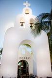 De klokketoren van de kerk in Playa del Carmen Stock Foto