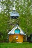 De klokketoren van de Orthodoxe Kerk in het Siberische dorp stock foto