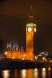 De klokketoren van de Toren van Londen - van de Big Ben Bij nacht Stock Afbeeldingen