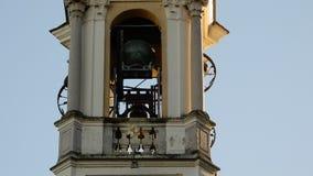 De klokketoren van een kerk en zijn klokken stock video