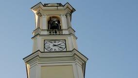 De klokketoren van een kerk en zijn klokken stock footage
