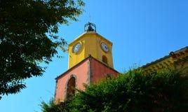 De klokketoren van Eglise Notre Dame DE l'assumption bouwde 1784 in Stock Afbeeldingen