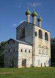 De klokketoren van het Borisoglebskii-klooster Yaroslavlgebied Stock Fotografie