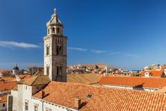 De klokketoren van het Dominicaanse Klooster in Dubrovnik Stock Afbeeldingen
