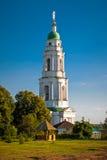 De klokketoren van het orthodoxe mannelijke klooster van Mgarskiy Beroemde plaats dichtbij het gebied van Lubny Poltava ukraine Stock Fotografie