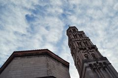 De klokketoren van St Domnius de oudste Katholieke kathedraal in de wereld nog in regelmatig gebruik & nog in zijn originele stru royalty-vrije stock fotografie