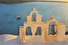 De Klokketorens van Santorini bij zonsondergang Royalty-vrije Stock Afbeelding