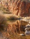 De kloofbezinning centraal Australië van nauwe valleihelen Stock Fotografie