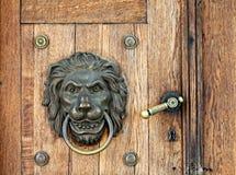 De kloppers en het handvat van de leeuw op houten deur Royalty-vrije Stock Foto