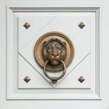 De kloppers van Lionhead die op een deur van klassieke ma worden gevonden Stock Afbeeldingen