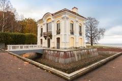 De Kluis in de Lagere Tuinen van Peterhof, voorstad St Peter Stock Foto's