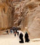 De 1 2km lange weg (zoals-Siq) aan de stad van Petra, Jordanië Stock Fotografie