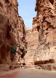 De 1 2km lange weg (zoals-Siq) aan de stad van Petra, Jordanië Stock Foto's