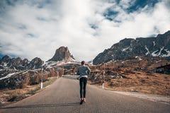 De knappe achtergrond van mensen lopende verbazende bergen Royalty-vrije Stock Afbeeldingen