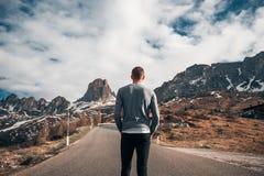 De knappe achtergrond van mensen verbazende bergen Royalty-vrije Stock Afbeelding