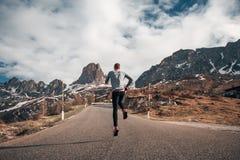 De knappe achtergrond van mensen verbazende bergen stock foto