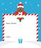 De knappe Afrikaanse Amerikaanse Kerstman in eenvormig kostuum houdt een document en glimlachen vriendschappelijk Vrolijke Kerstm Stock Foto's