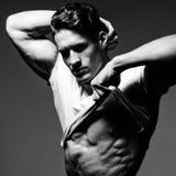 De knappe bodybuilder toont zijn grote lichaamsbouw, perfecte schouders Royalty-vrije Stock Fotografie
