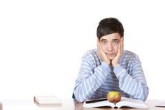 De knappe droevige mannelijke student leert met studieboeken Stock Afbeeldingen
