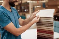 De knappe gebaarde mens kiest kleur op kleurenpalet Het selecteren van kleur van matras op de gids van het kleurenpalet Royalty-vrije Stock Foto