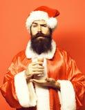 De knappe gebaarde mens van de Kerstman met lange baard op het ernstige glas van de gezichtsholding van alcoholisch schot dient K royalty-vrije stock afbeeldingen
