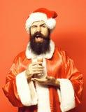De knappe gebaarde mens van de Kerstman met lange baard op het glas van de smilingfaceholding van alcoholisch schot dient Kerstmi royalty-vrije stock afbeelding