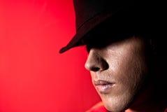 De knappe geheimzinnigheid van de hoeden donkere ogen van het mensenportret Stock Afbeeldingen