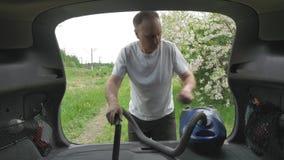 De knappe heer zuigt actief automobiele boomstam stock videobeelden