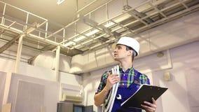 De knappe ingenieur werkt aan zijn project stock footage