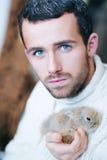 De knappe, jonge, aantrekkelijke, droevige kerel, mens met ijs, blauwe ogen Stock Afbeeldingen