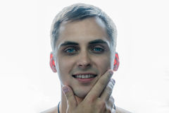 De knappe jonge enkel geschoren kerel en glimlachen Royalty-vrije Stock Foto's