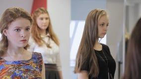 De knappe jonge meisjes nemen aan repetitie in modelschool deel stock videobeelden