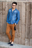 De knappe jonge mens kleedde het toevallige in openlucht stellen Stock Fotografie