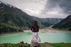 De knappe jonge vrouw bevindt zich op de heuvel royalty-vrije stock foto
