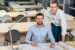 De knappe jonge zakenlieden bespreken nieuw plan Royalty-vrije Stock Afbeeldingen
